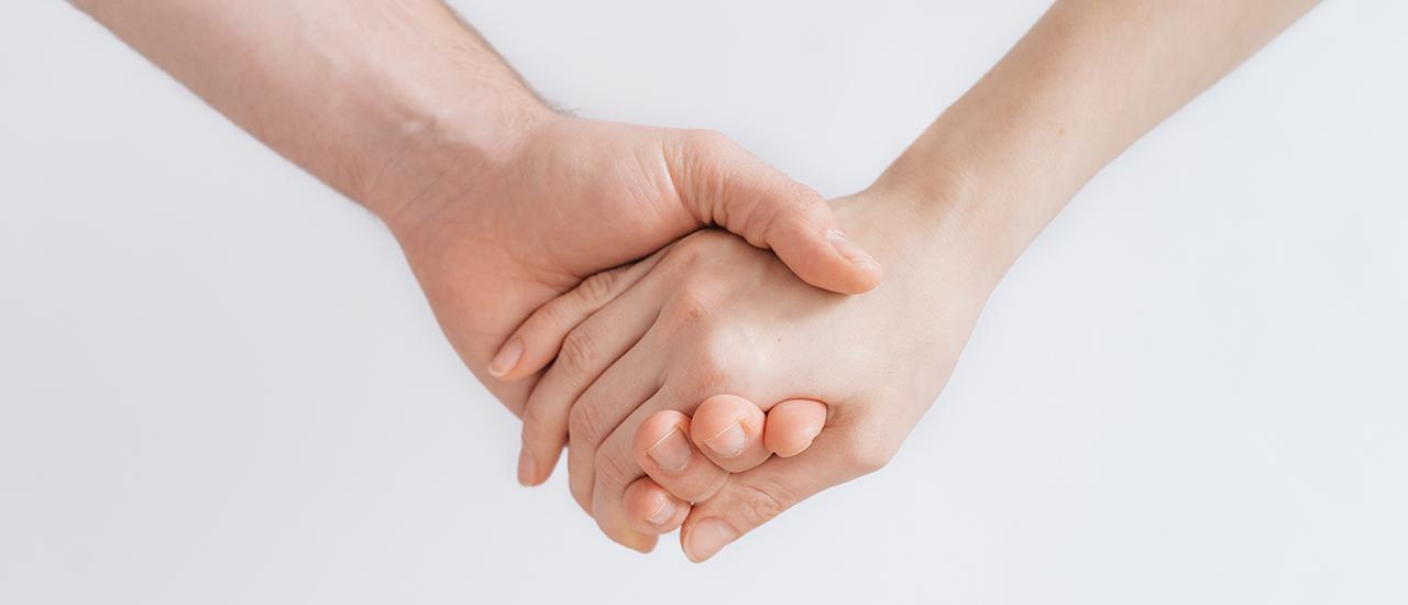 Deux bénévoles de l'AFH se tiennent la main